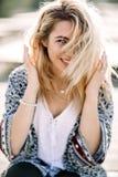 Blond flicka på stranden av den sandiga stranden vid havet Fotografering för Bildbyråer