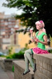 Blond flicka som blåser bubblor arkivfoton