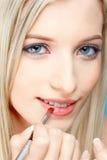 blond flicka som gör upp Arkivfoto