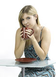 Blond flicka som grubblar kaffe Royaltyfri Foto