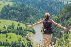 Blond flicka som omfamnar naturen Arkivfoto