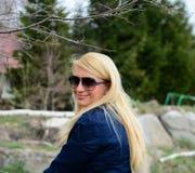 Blond flicka som ser kameran Fotografering för Bildbyråer