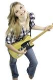 Blond flicka som spelar gitarren Arkivbilder