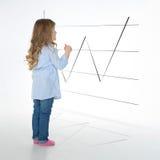 Blond flicka som studerar diagrammet Royaltyfri Foto