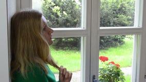 Blond flickafönsterfönsterbräda stock video