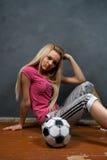 blond flickafotboll för boll Royaltyfria Bilder