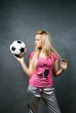 blond flickafotboll för boll Arkivbild