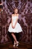 Härlig sexig brud i vitbröllopsklänning Arkivfoton