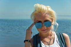 blond flickasolglasögon Fotografering för Bildbyråer
