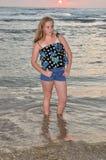 blond flickasolnedgång för strand Royaltyfri Foto