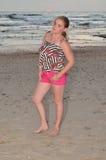 blond flickasolnedgång för strand Arkivbild