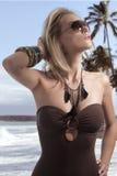 blond flickasommarsolglasögon royaltyfri fotografi