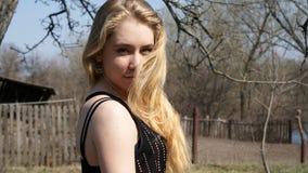 Blond flickaställning Royaltyfria Bilder