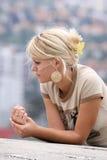 blond flickastående royaltyfri bild