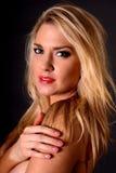 blond flickastående Arkivfoton