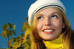 blond flickastående för höst Royaltyfria Bilder