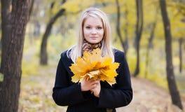 blond flickastående för höst royaltyfri foto