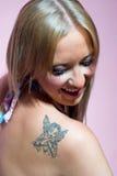 blond flickatatuering Arkivfoton