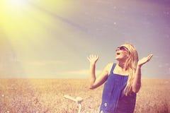 Blond gelukkig meisje die die zonnebril dragen wordt opgewekt met Royalty-vrije Stock Foto