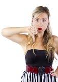 Blond in gestreiften Kleiderdaumen unten Lizenzfreie Stockfotos