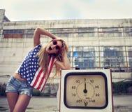 Blond gillend meisje op beschadigd benzinestation Stock Afbeeldingen
