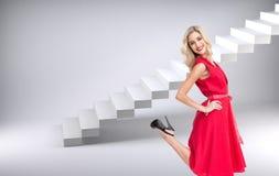 Blond glamorös kvinna som ler på kameran Royaltyfria Foton