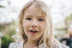 Blond grilstående Royaltyfri Bild