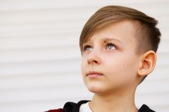 Blond gullig pojke royaltyfri fotografi