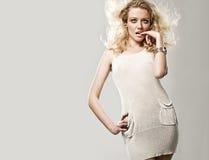 blond gullig skjuten studio fotografering för bildbyråer