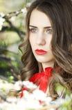 Blond härlig kvinna med röd läppstift royaltyfri fotografi