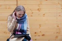 Blond härlig utomhus- kvinnainnehavminnestavla royaltyfria foton