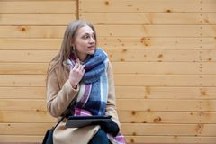 Blond härlig utomhus- kvinnainnehavminnestavla fotografering för bildbyråer
