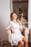 Blond haar womam in witte kleding Stock Afbeeldingen