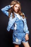 Blond-haarige 13 Jahre alte Mädchen im Studio Stockfotos