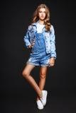 Blond-haarige 13 Jahre alte Mädchen im Studio Lizenzfreie Stockfotos