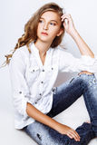 Blond-haarige 13 Jahre alte Mädchen im Studio Lizenzfreies Stockbild