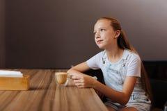 Blond-haariger Jugendlicher trinkender Decaf Latte im Café stockbild