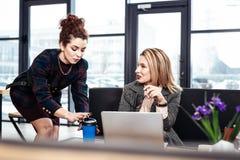 Blond-haariges weibliches Chefgefühl dankbar zu ihrem hilfreichen Sekretär lizenzfreie stockbilder