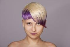 Blond haarmeisje met violette verf Mooie vrouw Stock Afbeelding