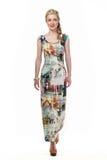 Blond haired affärskvinna i blom- lång klänning för sommar Royaltyfri Fotografi