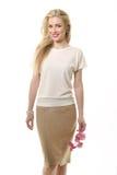 Blond haired affärskvinna i den vita blusen och blomman för sommar Royaltyfri Bild