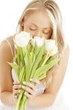 Blond heureux avec les tulipes blanches photographie stock libre de droits