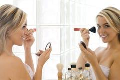 Blond im Badezimmer Stockfotos