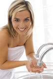Blond im Badezimmer lizenzfreies stockfoto