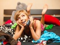 Blond im Bett mit Telefon Lizenzfreie Stockfotografie