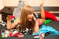 Blond im Bett mit Telefon Lizenzfreies Stockbild