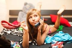 Blond im Bett mit Telefon Lizenzfreies Stockfoto