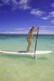 Blond im Bikini auf Paddelvorstand Lizenzfreie Stockfotos