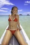 Blond im Bikini auf Paddelvorstand Stockfotografie