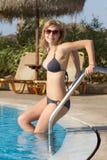 Blond im Bikini, der geht zu schwimmen Stockbilder